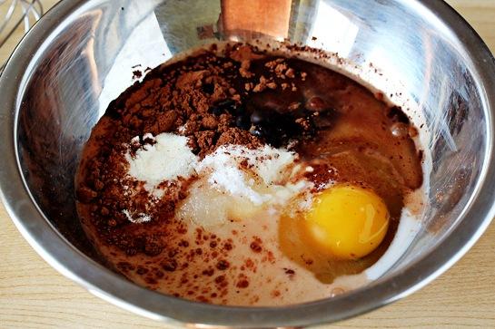 Ингредиенты:  2,5 столовой ложки муки для выпечки.   2,5 ложки сахарного песка.   1 столовая ложка какао-порошка.   1 яйцо.   1,5 столовой ложки растительного масла.   1,5 столовой ложки молока.   ¼ чайной ложки ванильного экстракта.   1 столовая ложка шоколадной стружки.   ¼ чайной ложки разрыхлителя.   щепотка соли.