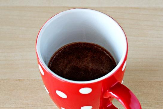 Затем переливайте получившуюся массу в керамическую кружку. Сверху посыпьте шоколадной крошкой.