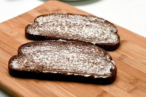 Каждый кусок хлеба намажьте маслом с обеих сторон.