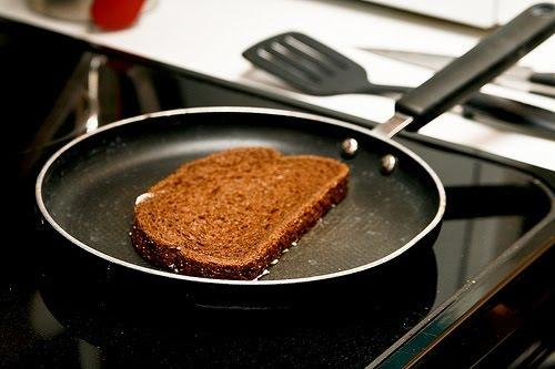 Подогрейте сковороду на среднем огне. Затем обжарьте каждый кусок хлеба с обеих сторон. Секрет в том, что тонкий слой масла сделает корочку хрустящей.