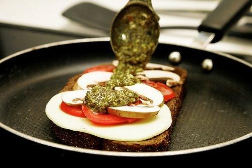 ...соус песто. Его приготовление см. http://www.foodclub.ru/detail/16213/