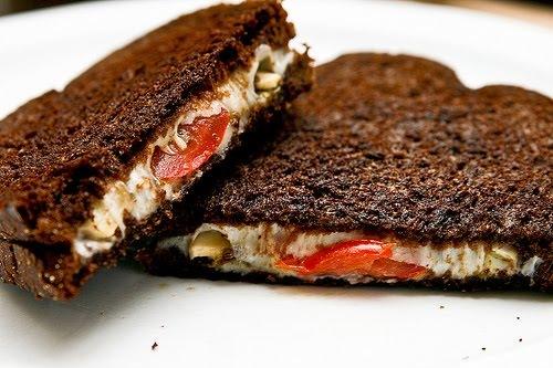 Накройте бутерброд вторым кусочком хлеба, закройте сковородку крышкой. И дайте сыру расплавиться. Через пару минут переверните бутерброд и закройте снова крышкой. Приятного аппетита!