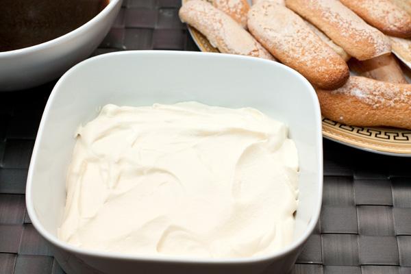В подходящую форму высотой 8-10 см выложите слой крема  1,5-2 см толщиной.