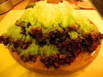 Вымыть и высушить листья салата