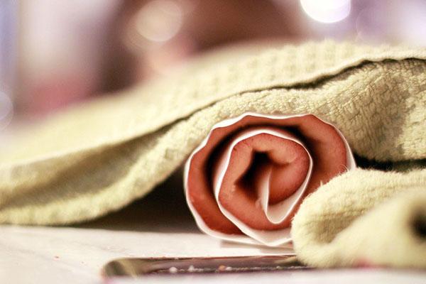 Разогреваем духовку до 200 °C. Противень застилаем пергаментом. Размер нашего бисквита должен быть 35х25, поэтому пергамента берем чуть-чуть с запасом. Распределяем тесто равномерно, выпекаем 8-10 минут до золотистого цвета и упругости. После готовности, заворачиваем бисквит в рулет вместе с пергаментом(!). Накрываем полотенцем, даем остыть.