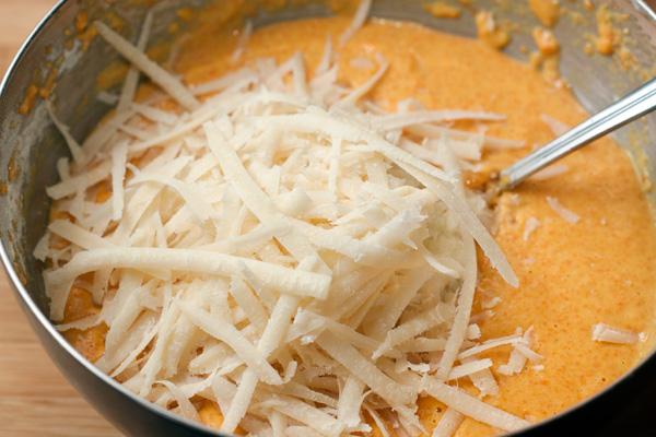 Сыр натрите на крупной терке, всыпьте в тесто и хорошо все перемешайте.