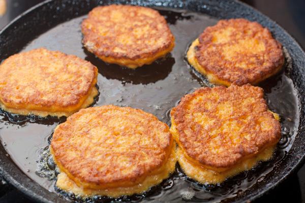Жарьте оладьи на умеренно разогретой сковороде в небольшом количестве растительного масла.