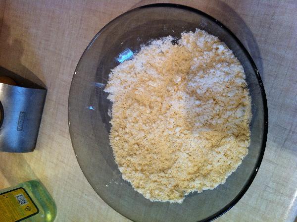 В муку добавляем соль и вливаем масло. Перемешиваем руками масло с мукой, чтобы мука впитала в себя масло равномерно. Растительное масло можно взять не рафинированное, тогда тортилья получится более ароматной.