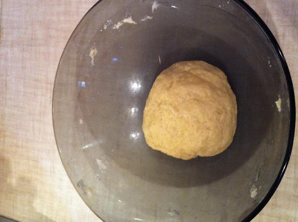 Вливаем 100 мл теплой воды тонкой струйкой и замешиваем эластичное тесто. Пока вливаем воду, тесто все время надо мешать. Вода должна быть теплой ближе к горячей, но не кипяток. Мука не должна завариться. На этом этапе тесту можно дать отдохнуть около 30 мин, но я никогда этого не делала. Так что можно обойтись и без этого.