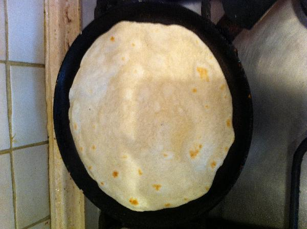 Поджариваем на сухой сковородке тортилью с двух сторон как блин. Каждую сторону примерно 30 сек, тоже как блин.
