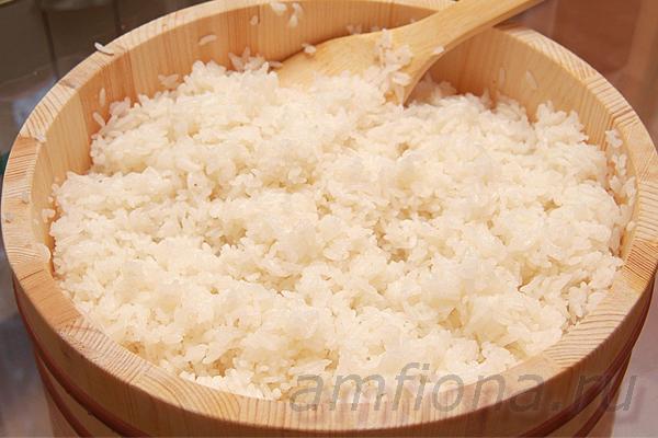 Стакан специального риса, подходящего для суши, тщательно промойте несколько раз, переложите в кастрюлю, добавьте небольшой кусочек водоросли комбу и налейте воды из расчёта 1:1-1,2. Поставьте кастрюлю на средний огонь, доведите рис до кипения, уберите комбу, уменьшите огонь и варите рис около 20 минут, не снимая крышки. После дайте рису постоять минут пятнадцать, переложите его в миску и заправьте рисовым уксусом, смешанным с солью и сахаром (или готовой приправой на основе рисового уксуса).