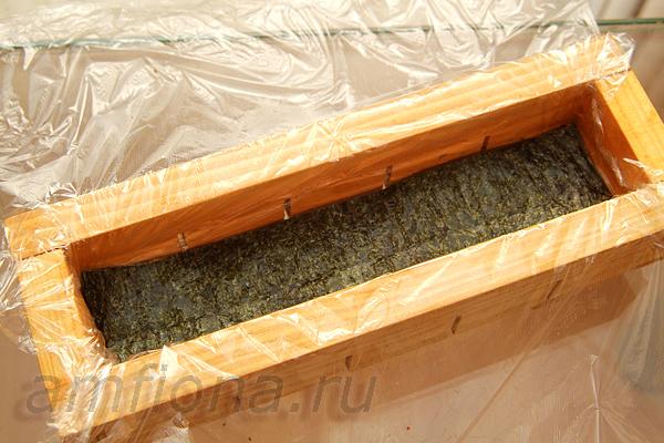 Отрежьте кусочек нори по размеру дна оси-бако.