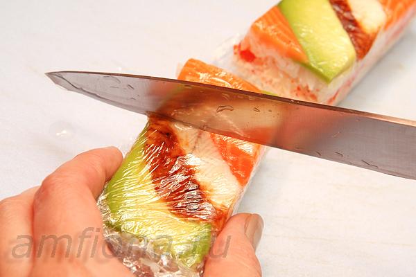 Так же, как и роллы, прессованные суши необходимо нарезать перед подачей на стол. Острым ножом, смоченным водой, разрежьте оси-дзуси на прямоугольники, треугольники или квадраты