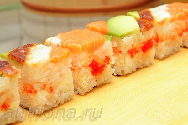 и выложите на тарелку. Прелесть прессованных суши в том, что для их приготовления можно использовать любые мелкие кусочки, оставшиеся, например, после разделки рыбы для нигири-суши. А их необычный внешний вид внесёт разнообразие в стандартное меню ваших суши-пати.