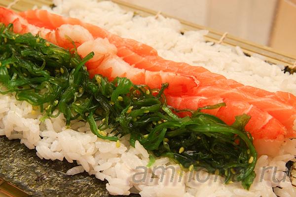 Чука - это острый салат из морских водорослей, который подаётся в качестве самостоятельного блюда с кунжутным соусом гомадаре. Так же он используется для приготовления гункан-суши или маки-суши (роллов). С креветками и лососем чука сочетается прекрасно!