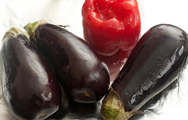Баклажаны и перец вымойте, обсушите, смажьте растительным маслом и положите в разогретую до 200-220 градусов духовку.