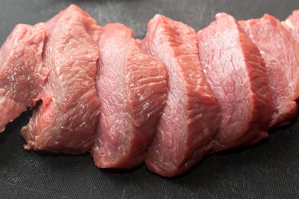 Мясо нарежьте поперек волокон кусками толщиной примерно 1,5-2 см.