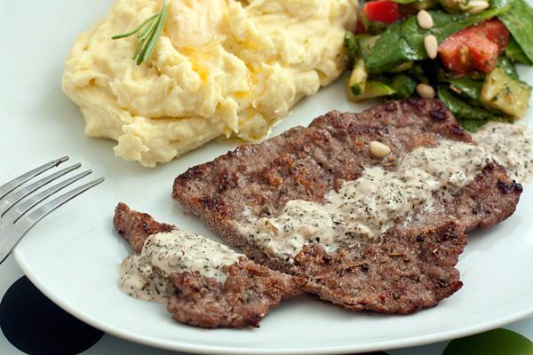 При подаче полейте мясо соусом.  На гарнир отлично подходит картофельное пюре и овощной салат.  Приятного аппетита!