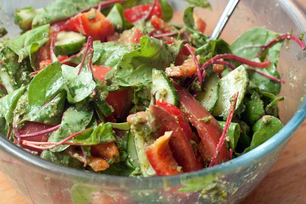 Заправьте салат соусом песто, аккуратно перемешайте.  Если овощи нежные, а соус густой, разбавьте его парой столовых ложек питьевой воды и перемешайте.  Украсьте салат кедровыми орешками.