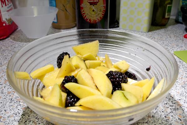 Духовку греем до 170.  В миске смешиваем кленовый сироп и крахмал. Туда кладем нарезанное кусочками манго и ежевику. Перемешиваем, чтобы фрукты