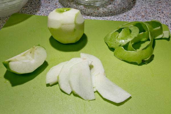 Нарезаем яблоки. Идеальный вариант - Гренни Смит. Если в магазине лежат неопознанные зеленые и с виду кислые - они ваши.