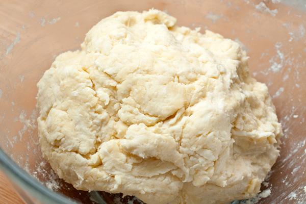 Получившееся тесто соберите в шар. Не месите его, оно должно сохранять комочки масла, которые потом придадут тесту приятную слоистость и рассыпчатость.