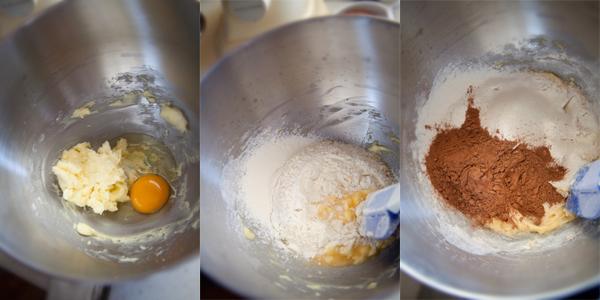 Вбейте яйцо, добавьте половину муки и взбейте массу. Добавьте второую половину муки и какао. Повторно взбейте массу.