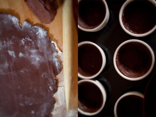 Разогрейте духовку до 180 С.   Достаньте тесто из холодильника и раскатайте его на присыпаной мукой поверхности. Формы (я использовала небольшие кокотницы) не обязательно смазывать маслом. Вырежьте из теста круги больше, чем размер донышка и поместите тесто в формы. Тесто должно плотно прилегать к стенкам и дну. Тарталетки наколите вилкой и отправьте в духвку на 15 минут.