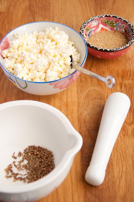 Столовую ложку растительного масла нагреть на сковороде вместе со специями, измельченными в ступке, добавить морковь. Прогреть морковь со специями, припустить, добавив 2 столовых ложки воды.
