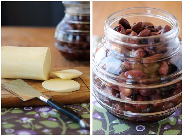 Разогреть духовку до 190 градусов Цельсия. Раскатать тесто на посыпанной мукой поверхности до толщины 1-полтора сантиметра. Переложить на смазанный оливковым маслом противень. Выложить на тесто сыр, лук, анчоусы и оливки. Оставить на 10 минут, чтобы тесто слегка поднялось. Выпекать до золотистого цвета теста (20-25 минут). Подавать со свежим базиликом.