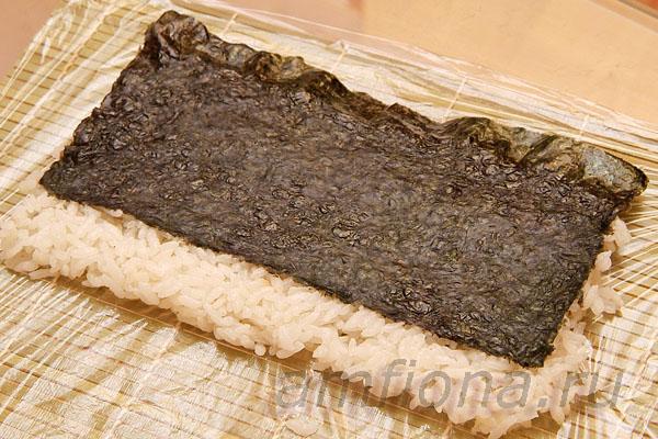 Накройте рис ковриком и переверните