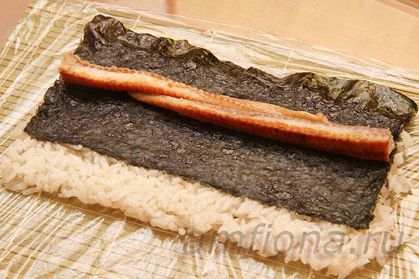 Нарежьте угря для суши (unagi kabayaki) длинными ломтиками и выложите на середину нори.