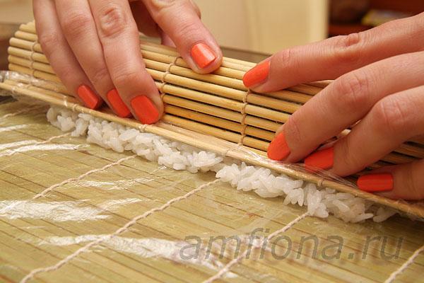Совместите верх с низом, слегка подтяните начинку ковриком