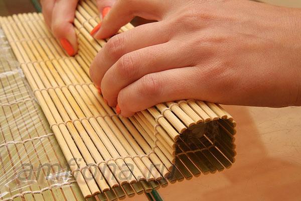 Приподнимите коврик и поверните ролл, чтобы он склеился. Равномерно нажмите пальцами на коврик и сделайте пару движений вдоль него, чтобы придать роллу квадратную форму.