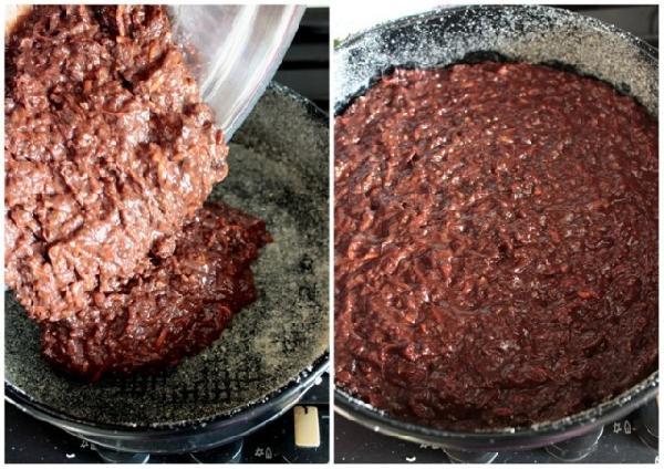 Форму смазываем маслом, обсыпаем сухарями и выкладываем шоколадно-морковную массу