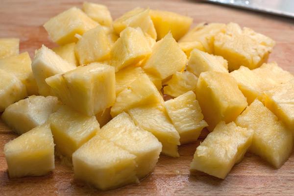 Ананас очистите и нарежьте кубиками. Должно получиться около 300-350 грамм мякоти.