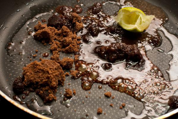 На разогретую сковороду налейте столовую ложку масла, положите сахар и выжмите сок лайма. Корочки тоже оставьте на сковороде на 1-2 минуты, для аромата.