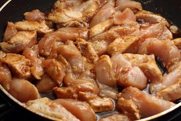 Положите мясо на сковороду вместе с маринадом. перемешайте.