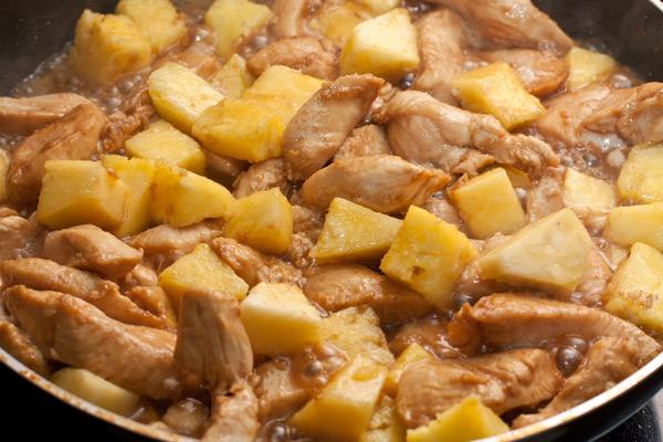 Добавьте ананас, перемешайте и готовьте под крышкой на среднем огне 4-5 минут, пока курица не будет готова.  Не передерживайте мясо, чтобы оно не стало сухим.