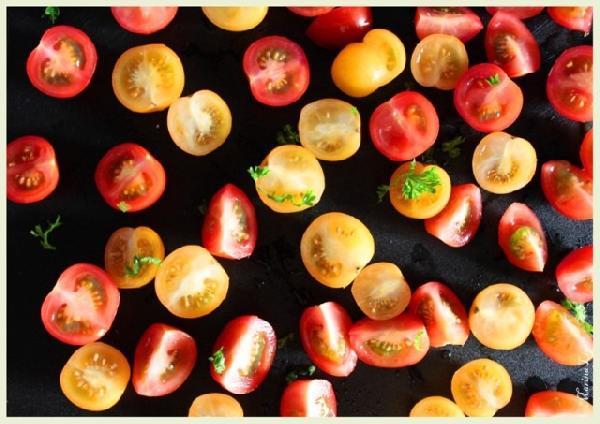 *Режем помидорки Я. Берите самые маленькие.