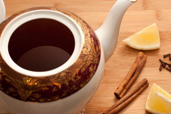Заварите чай из расчета 2 чайные ложки чая на 300 мл воды.