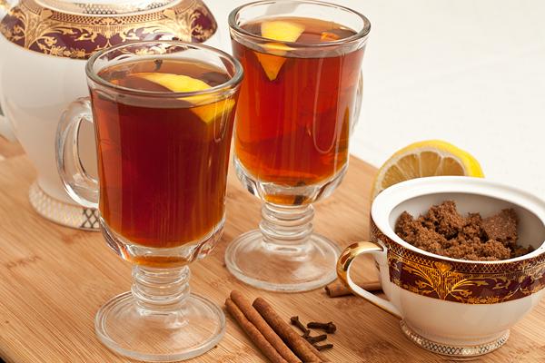 Пейте горячим.  В стаканы по вкусу можно добавлять еще сахар и лимон.