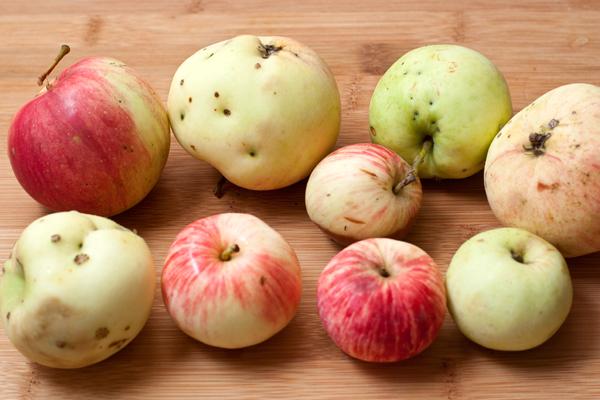 Для повидла хорошо выбирать натуральные свежие яблоки.  Их надо очистить от серединки и порезать дольками.