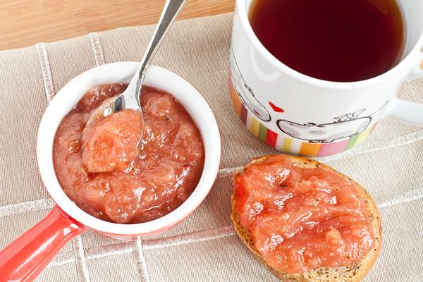 Готовое яблочное повидло разложите горячим в стерилизованные банки  и плотно закройте.   Если долго хранить вы его не планируете, просто остудите и переложите в чистую посуду. Храните в холодильнике.