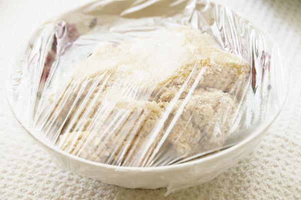 Накрываем тесто пленкой и убираем в холодильник. Пока будем готовить начинку, оно как раз остынет и все ингредиенты хорошо друг с другом смешаются.
