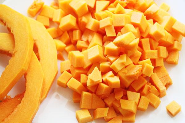 Для начинки порежьте очищенную тыкву аккуратными кубиками. Чем аккуратнее начинка, тем симпатичнее и аппетитнее пирог, так что стоит постараться :)