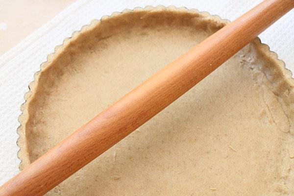 Излишки теста уберите с краев формы ножом и для большей ровности и аккуратности будущего пирога прокатите скалкой. Форму с тестом убираем обратно в холодильник.