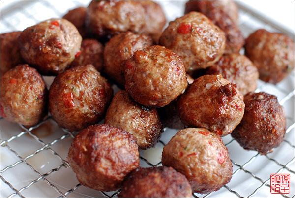 Быстро обжарить мясные шарики в сильно разогретой сковороде вок на растительном масле, пока они не зарумянятся. Выложить на решётку или салфетку, дав стечь лишнему маслу.
