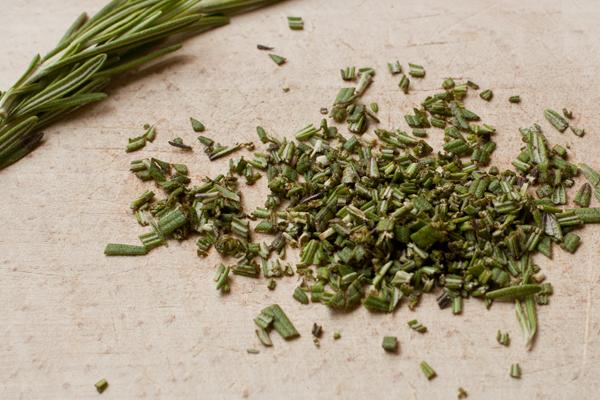 Листья розмарина мелко нарежьте. Поставьте варить пасту в большом количестве подсоленной воды. Варите по инструкции или на 1-2 минуты меньше.