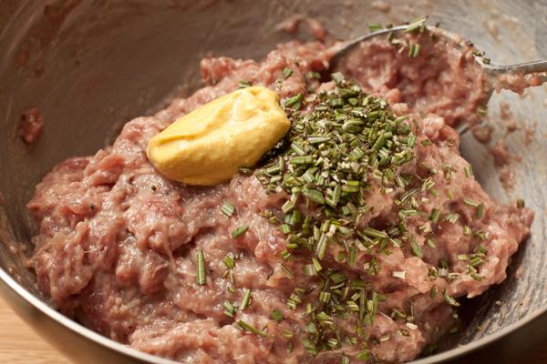 Из говядины сделайте фарш, добавьте в него яйцо, горчицу, розмарин, перец и соль.